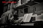 Attila a zongoránál